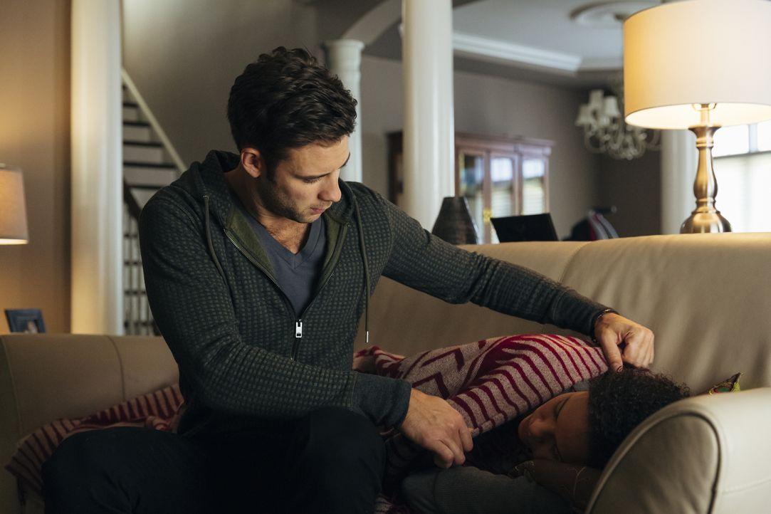 Als Rachel (Genelle Williams, r.) auf keinen von Nicks (Steve Lund, l.) Anrufen reagiert, macht er sich auf den Weg zu ihr und macht eine erschrecke... - Bildquelle: 2016 She-Wolf Season 3 Productions Inc.