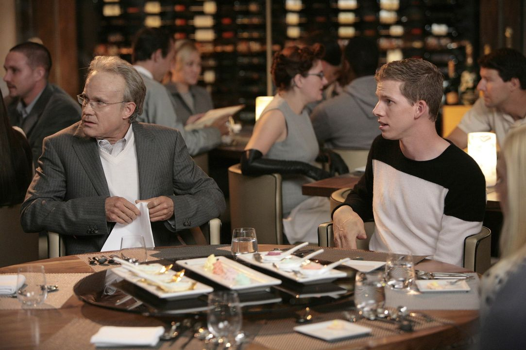 Wie wird es im Jahre 2026 sein? Connor (Stark Sands, r.) und Sean (Dylan Walsh, l.) ... - Bildquelle: TM and   2004 Warner Bros. Entertainment Inc. All Rights Reserved.