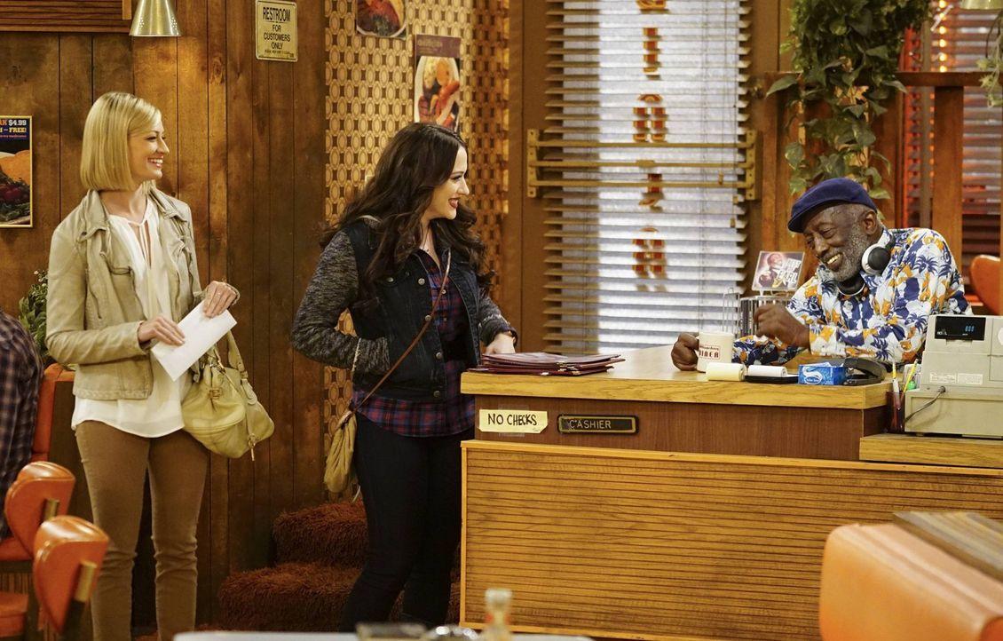 Während Max (Kat Dennings, M.) und Caroline (Beth Behrs, l.) sich auf ihre Reise nach Los Angeles vorbeireiten, hält Earl (Garrett Morris, r.) im Di... - Bildquelle: 2016 Warner Brothers