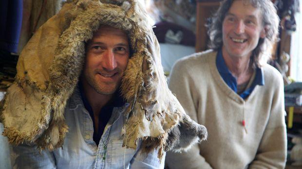 In einer morschen Holzhütte lernt Ben Fogle (l.), was es bedeutet, in der Wil...