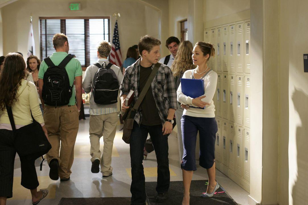 Taylor (Autumn Reeser, r.) versucht von Ryan (Benjamin McKenzie, l.) heraus zu finden, ob sie Chancen bei Seth hat ... - Bildquelle: Warner Bros. Television