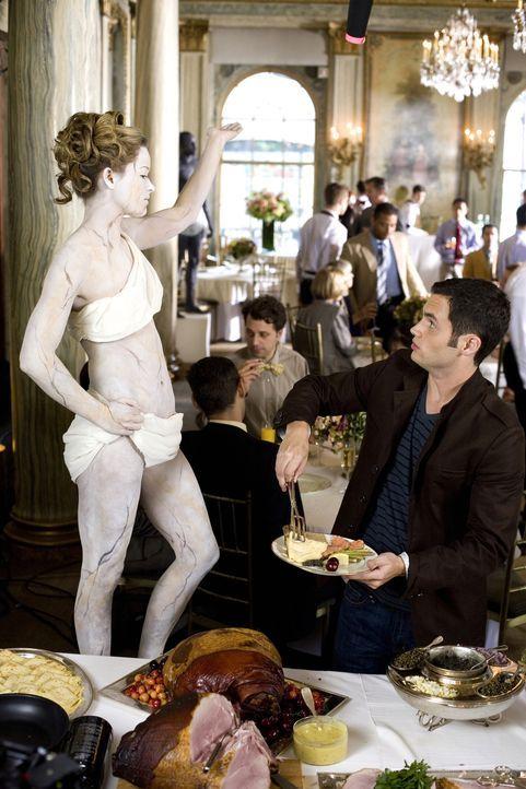 Kein alltägliches Bild: Dan (Penn Badgley, r.) staunt über die Frau, die als Marmorstatue vor dem Buffet posiert ... - Bildquelle: Warner Brothers