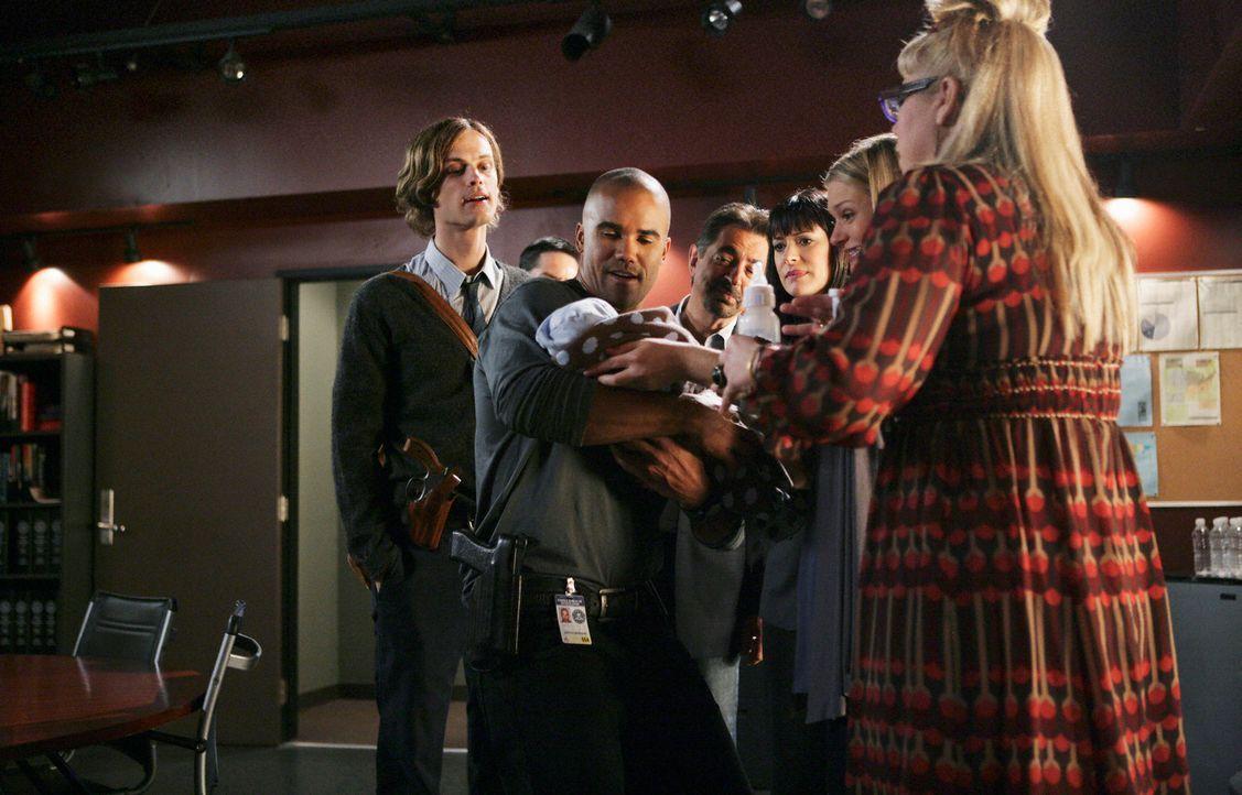 Das Baby von JJ (AJ Cook, 2.v.r.) bringt Freude ins Büro: Reid (Matthew Gray Gubler, l.), Morgan (Shemar Moore, 2.v.l.), Rossi (Joe Mantegna, 3.v.l.... - Bildquelle: Touchstone Television