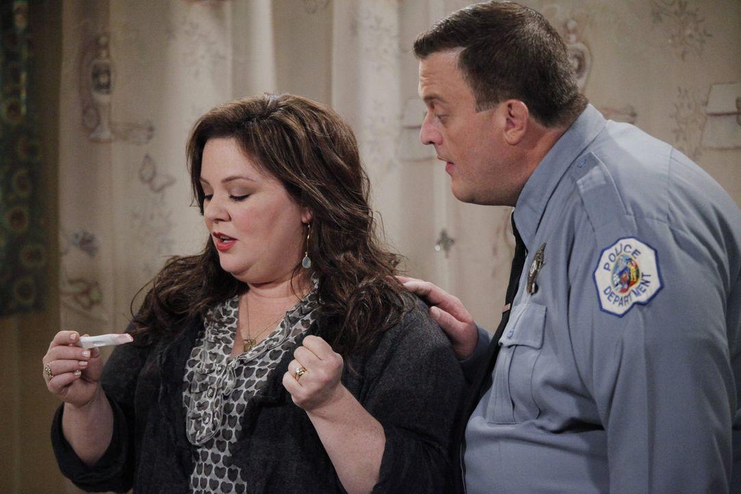 Mike (Billy Gardell, r.) ist völlig besessen davon, mit Molly (Melissa McCarthy, l.) ein Baby zu haben. Also deckt er sich im Sex-Shop mit allerlei... - Bildquelle: Warner Brothers