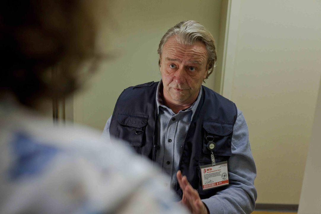 Zu Dannis großer Überraschung hat Kurt (Axel Siefer) einen Job als Facility-Manager bekommen. Mit Engagement, rasiert und gekämmt, geht er an seine... - Bildquelle: Frank Dicks SAT.1