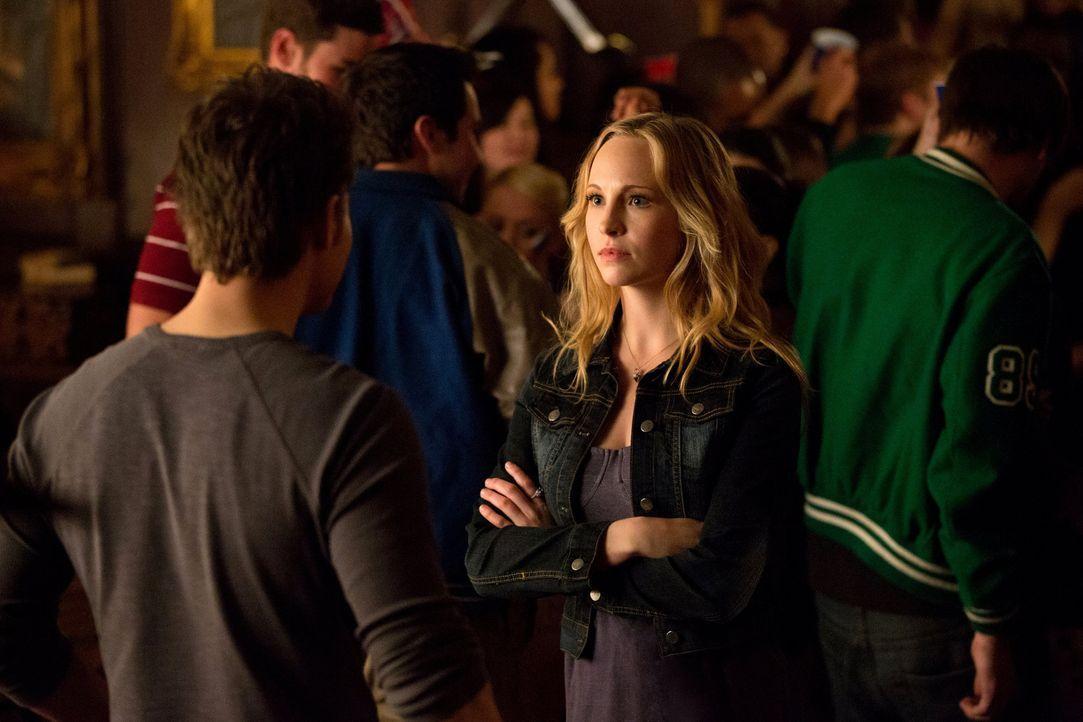Eigentlich hatten sich Stefan (Paul Wesley, l.) und Caroline (Candice Accola, r.) erhofft, dass die Highschool wieder für etwas Normalität sorgen ka... - Bildquelle: Warner Brothers