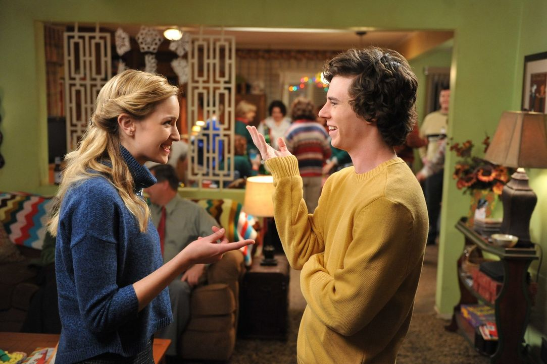 Auf der Weihnachtsfeier der Hecks versteht sich Axl (Charlie McDermott, l.) blendend mit Emily (Brianne Howey, l.). Diese Ablenkung kann er gut gebr... - Bildquelle: Warner Brothers
