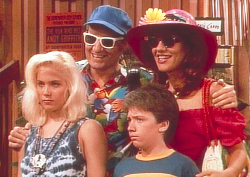 Ferienfoto der Familie Bundy im Provinznest Dumpwater: Kelly (Christina Applegate, l.), Al (Ed O'Neill, 2.v.l.), Bud (David Faustino, 2.v.r.) und Pe... - Bildquelle: Columbia Pictures