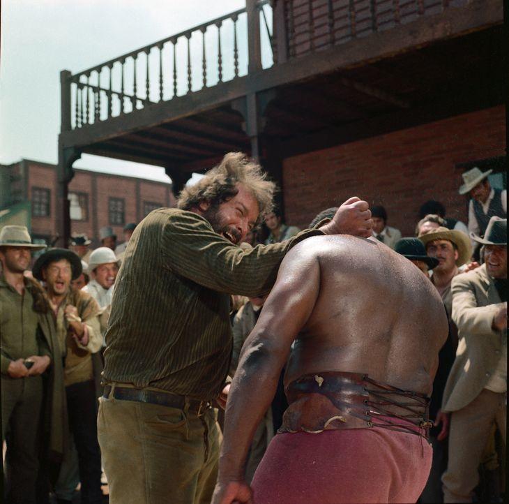 Bei Hutch Bessy (Bud Spencer, l.) und seinen Gegenspielern fliegen die Fäuste... - Bildquelle: Paramount Pictures