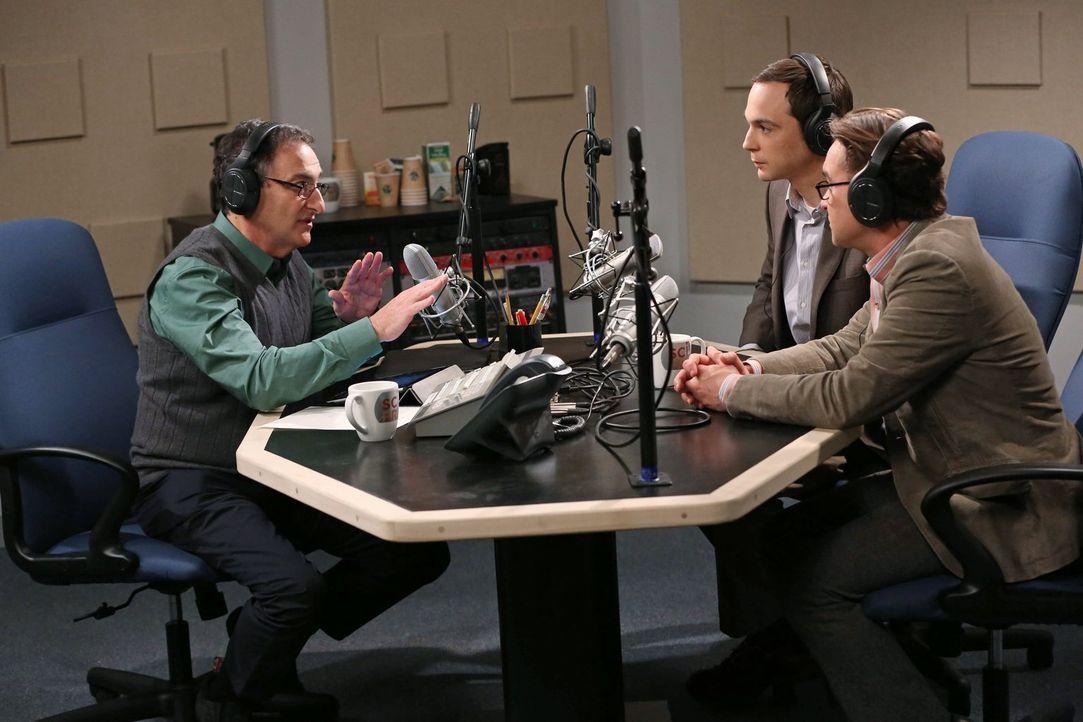 Ein Interview der besonderen Art: Sheldon (Jim Parsons, M.), Leonard (Johnny Galecki, r.) und Ira Flatow (Ira Flatow, l.) ... - Bildquelle: Warner Brothers