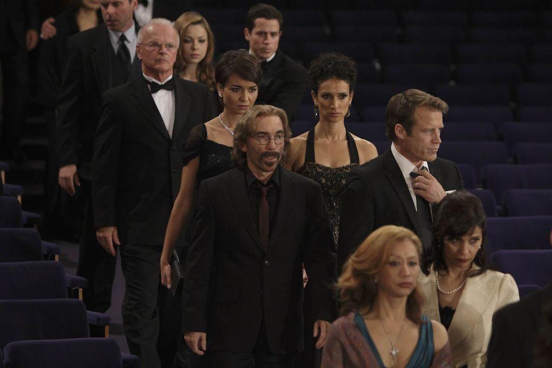 Chance (Mark Valley, 2.v.r. vorne) und Guerrero (Jackie Earle Haley, 2.v.l. vorne) haben ein ungutes Gefühl, und folgen deshalb Ilsa (Indira Varma,... - Bildquelle: 2011  Warner Bros.