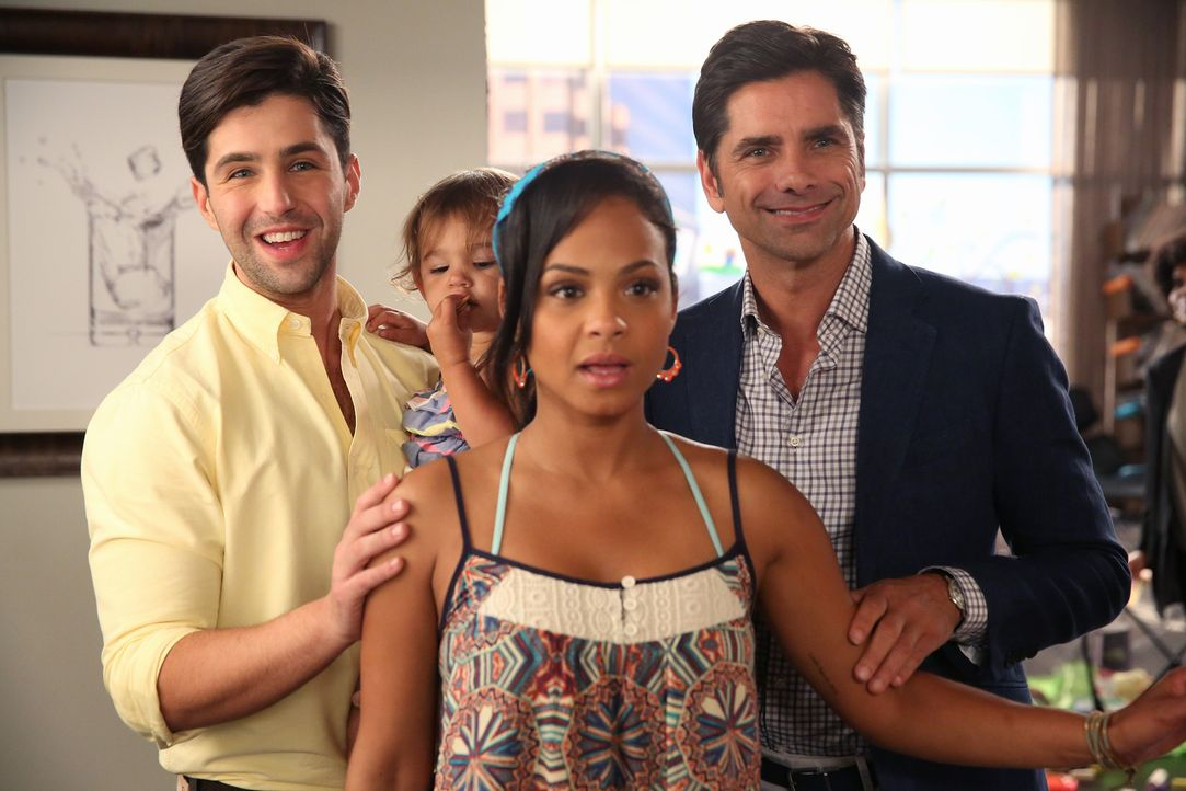 Aufgrund einer Lüge von Jimmy (John Stamos, r.) glaubt die Mitarbeiterin des Aufnahmebüros eines Elite-Kindergartens, Jimmy und Gerald (Josh Peck, l... - Bildquelle: Jordin Althaus 2015 American Broadcasting Companies, Inc. All rights reserved.