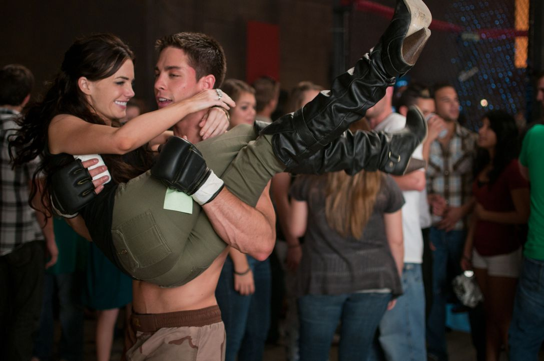 Wer hätte das gedacht? Mike (Dean Geyer, r.) gelingt es, Eves (Jillian Murray, l.) Herz zu erobern ... - Bildquelle: Alicia Gbur 2011 Sony Pictures Worldwide Acquisitions Inc. All Rights Reserved.