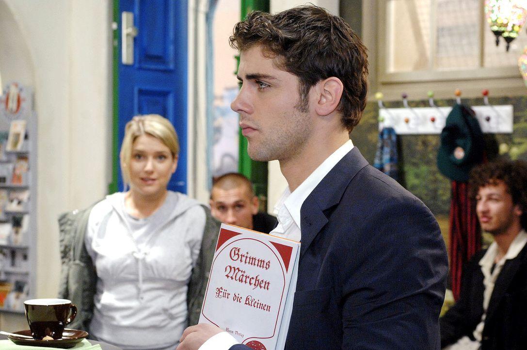 Anna (Jeanette Biedermann, l.) entdeckt Jonas (Roy Peter Link, r.), der gespannt auf seine Chat-Partnerin wartet ... - Bildquelle: Oliver Ziebe Sat.1