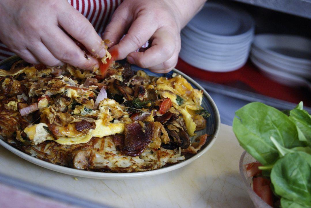 """Joanna Lane und ihre Mutter bieten in ihrem Restaurant """"Jim Denny's"""" in Sacramento wohl das größte Omelett überhaupt an - Adam ist sich jedenfalls s... - Bildquelle: 2010, The Travel Channel, L.L.C."""