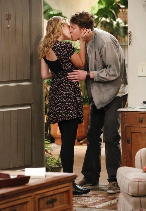 Christy ist schockiert, wie gnadenlos ihre Tochter Violet (Sadie Calvano, l.) den nichtsahnenden Luke (Spencer Daniels, r.) ausnutzt ... - Bildquelle: 2016 Warner Bros. Entertainment, Inc.