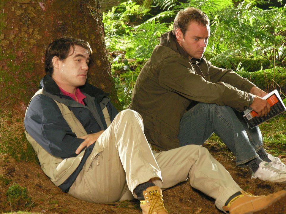 Zu seinem Junggesellenabschied wünscht sich Mark (Stewart Wright, l.) eine Campingnacht im Freien. Da sich Al (Joe Absolom, r.) hat überreden lassen... - Bildquelle: BUFFALO PICTURES/ITV