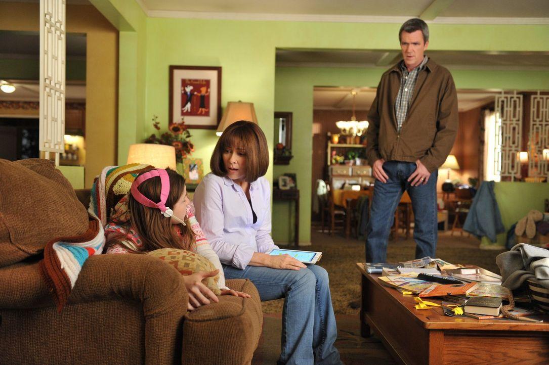 Frankie (Patricia Heaton, M.) und Mike (Neil Flynn, r.) sind entsetzt, als Sue (Eden Sher, l.) mit einer ungewöhnlichen neuen Spange nach Hause komm... - Bildquelle: Warner Brothers