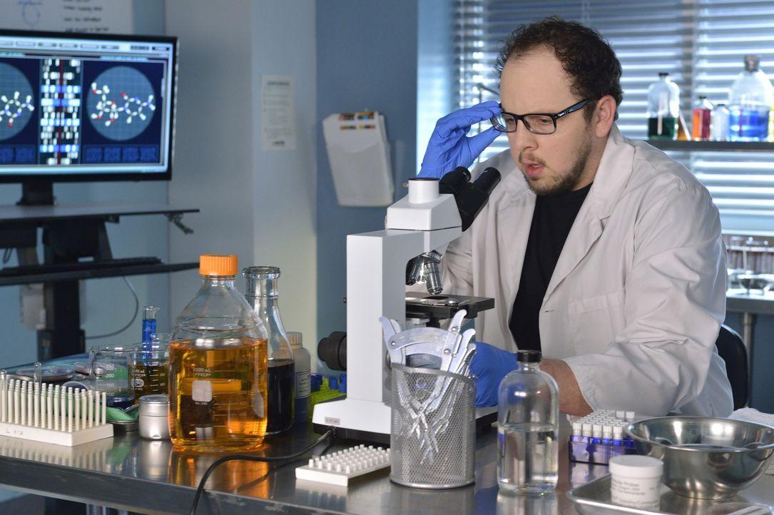 Im Labor macht J.T. (Austin Basis) eine Entdeckung, die Vincent vor große Probleme stellen könnte ... - Bildquelle: Ben Mark Holzberg 2015 The CW Network, LLC. All rights reserved.