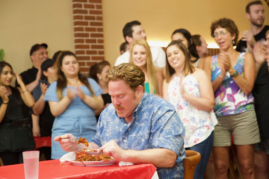 """In Portland erwartet Casey Webb (vorne) bei der berüchtigten Diablo Burrito Challenge"""" ein fast ein Kilo schwerer Burrito mit den zehn schärfsten Ch... - Bildquelle: 2017,The Travel Channel, L.L.C. All Rights Reserved."""