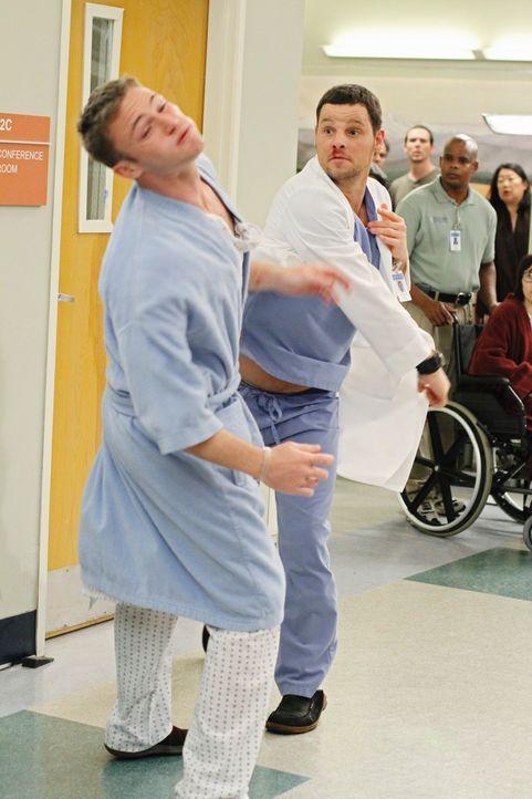 Als Alex (Justin Chambers, r.) jüngerer Bruder Aaron (Jack McLaughlin, l.) plötzlich im Seattle Grace auftaucht, kommt es zu einem handfesten Streit... - Bildquelle: Touchstone Television