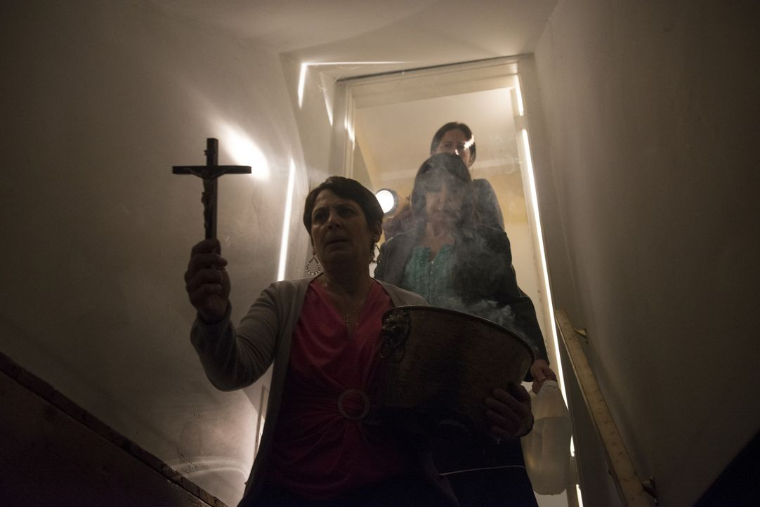 Als selbst das Sprühen von Weihwasser nicht mehr zu helfen scheint, sucht die Familie die Hilfe eines Mediums, um den Dämon aus dem Keller endgültig... - Bildquelle: Christos Kalohoridis 2013 Syfy Media, LLC
