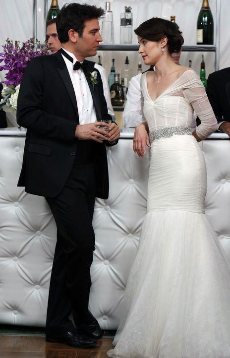 Fünf Monate später: Ted (Josh Radnor, l.) ist überglücklich, eine Band für die Hochzeit von Robin (Cobie Smulders, r.) und Barney organisiert zu hab... - Bildquelle: 2013 Twentieth Century Fox Film Corporation. All rights reserved.