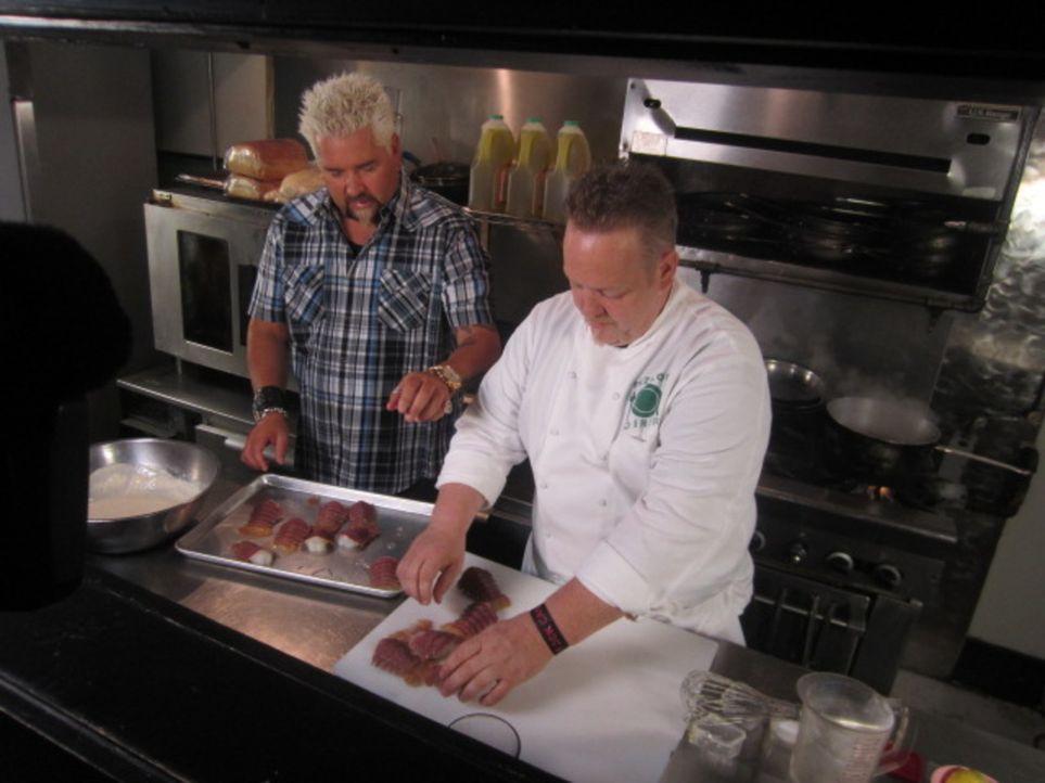 """""""Rizzo's Diner"""" in Memphis gilt als ein echter Geheimtipp. Auch Guy Fieri (l.) stattet Chefkoch Michael Patrick (r.) einen Besuch ab ... - Bildquelle: ProSieben MAXX (Komm./PR)"""