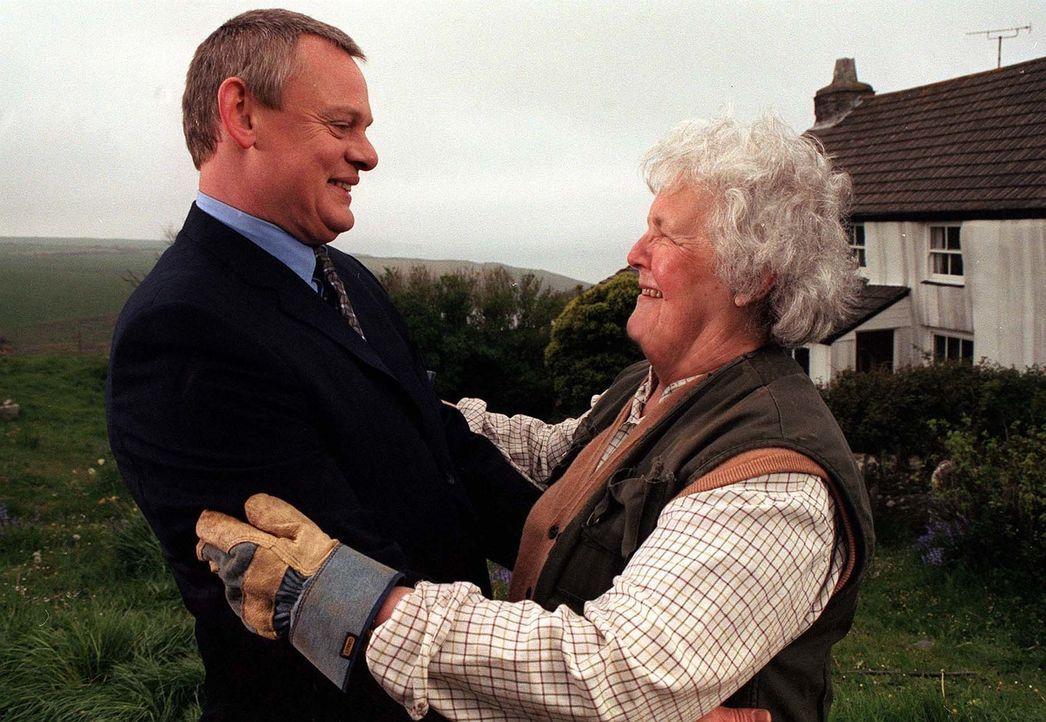 Bei den Einheimischen des kleinen Küstenortes eckt der schnöselige Großstädter Martin Ellingham (Martin Clunes, l.) mit seinen ruppigen Manieren sch... - Bildquelle: BUFFALO PICTURES/ITV