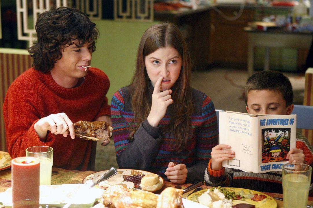Das schaut nicht unbedingt nach einem Vorzeige-Thanksgiving-Dinner aus: Axl (Charlie McDermott, l.), Sue (Eden Sher, M.) und Brick (Atticus Shaffer,... - Bildquelle: Warner Brothers