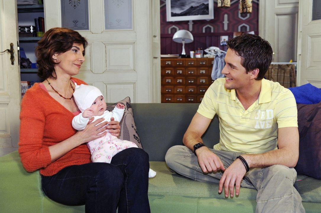 Lars (Alexander Klaws, r.) ist glücklich, dass sich Steffi (Karin Kienzer, l.) über ihr plötzliches Enkelkind Pia (Marlene Thiele, M.) freut. - Bildquelle: Oliver Ziebe Sat.1