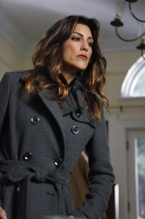 Obwohl der Zeuge eindeutig einen Polizisten vom Tatort hat fliehen sehen, glaubt Jackie (Jennifer Esposito) nicht an die Schuld des Hilfssheriffs. S... - Bildquelle: 2011 CBS Broadcasting Inc. All Rights Reserved