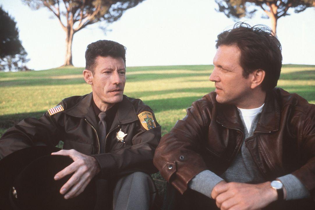 Sheriff Carl Tippett (Lyle Lovett, l.) und Bill (Martin Donovan, r.) heften sich Dedee und Matt an die Fersen. Eine erbarmungslose Jagd beginnt ... - Bildquelle: Columbia TriStar Films
