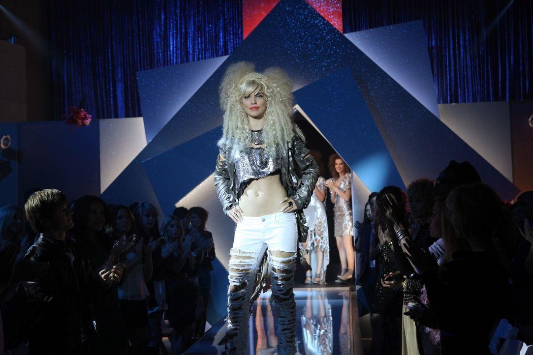 Mit ihren galaktischen Trash-Kreationen nimmt Naomi Clark (AnnaLynne McCord) erfolgreich an einem Design-Wettbewerb teil ... - Bildquelle: 2011 The CW Network. All Rights Reserved.