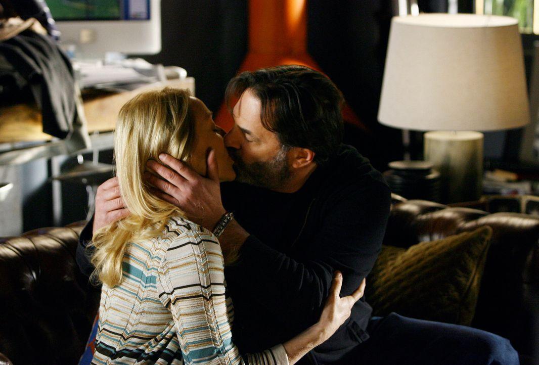 Holly (Patricia Wettig, l.) und David (Ken Olin, r.) schwelgen in alten Erinnerungen, wobei es zum Kuss zwischen den beiden kommt. - Bildquelle: Disney - ABC International Television