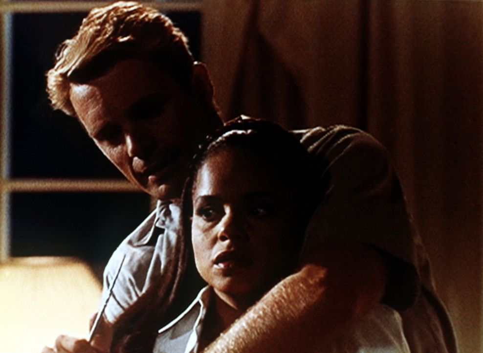 Michael Dern (John Schneider, l.) hat Amanda (Victoria Rowell, r.) in seine Gewalt gebracht und droht damit, sie umzubringen. - Bildquelle: Viacom