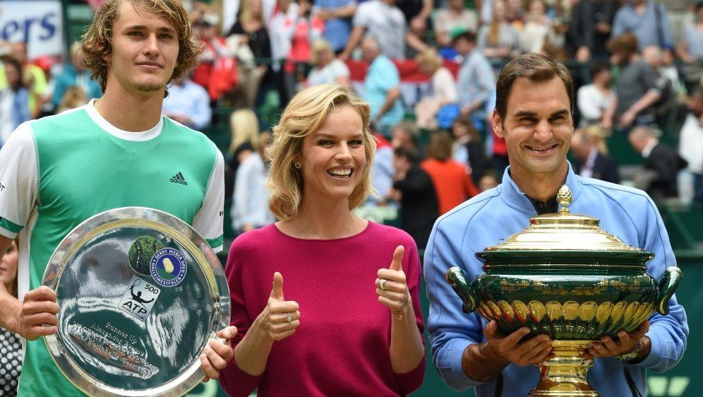 Zverev (l.) verlor das Finale von Halle gegen Federer - Bildquelle: AFPSIDCARMEN JASPERSEN
