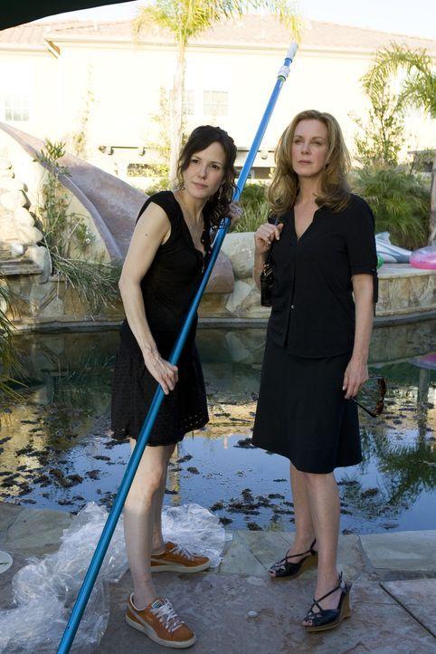 Celia (Elizabeth Perkins, r.) hat das gesamte Gras von Nancy (Mary-Louise Parker, l.) in den Pool geworfen ... - Bildquelle: Lions Gate Television