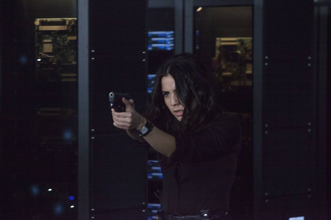 Noch immer ist Zapata (Audrey Esparza) davon überzeugt, dass ihre Chefin Dreck am Stecken hat. Da wird das FBI-Gebäude von kriminellen Elementen mit... - Bildquelle: Warner Brothers