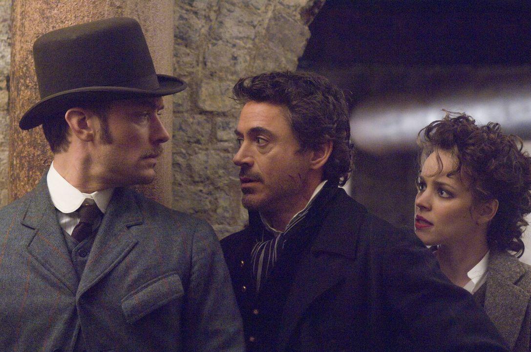 Ein neues Rätsel tut sich für Sherlock Holmes (Robert Downey Jr., M.) und seinen Gehilfen Watson (Jude Law, l.) auf, in dem der Meisterdetektiv auf... - Bildquelle: Warner Brothers