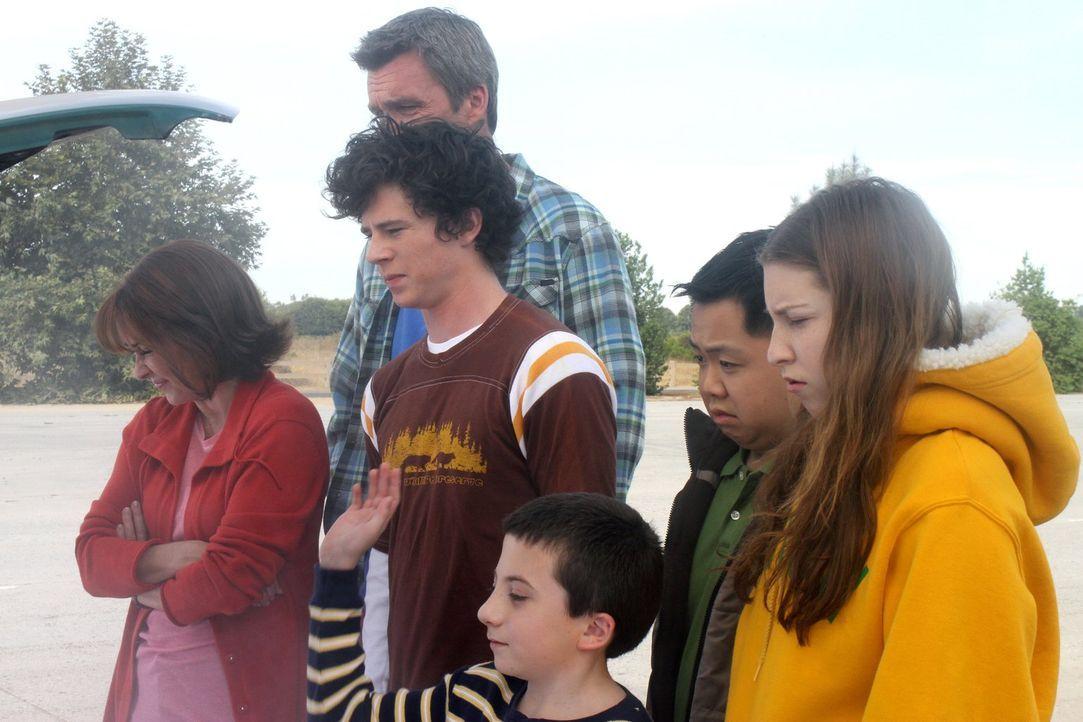 Frankie (Patricia Heaton, l.) und Mike (Neil Flynn, 2.v.l.) planen extra für ihren Austauschstudenten Takayuki (Matthew Moy, 2.v.r.) zusammen mit ih... - Bildquelle: Warner Brothers