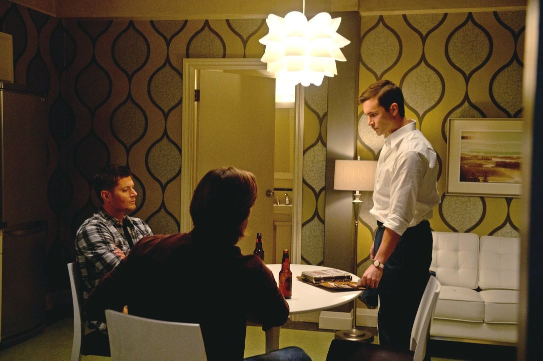 Ihr Großvater Henry (Gil McKinney, r.) gewährt Sam (Jared Padalecki, M.) und Dean (Jensen Ackles, l.) Einblicke in die Familiengeschichte ... - Bildquelle: Warner Bros. Television