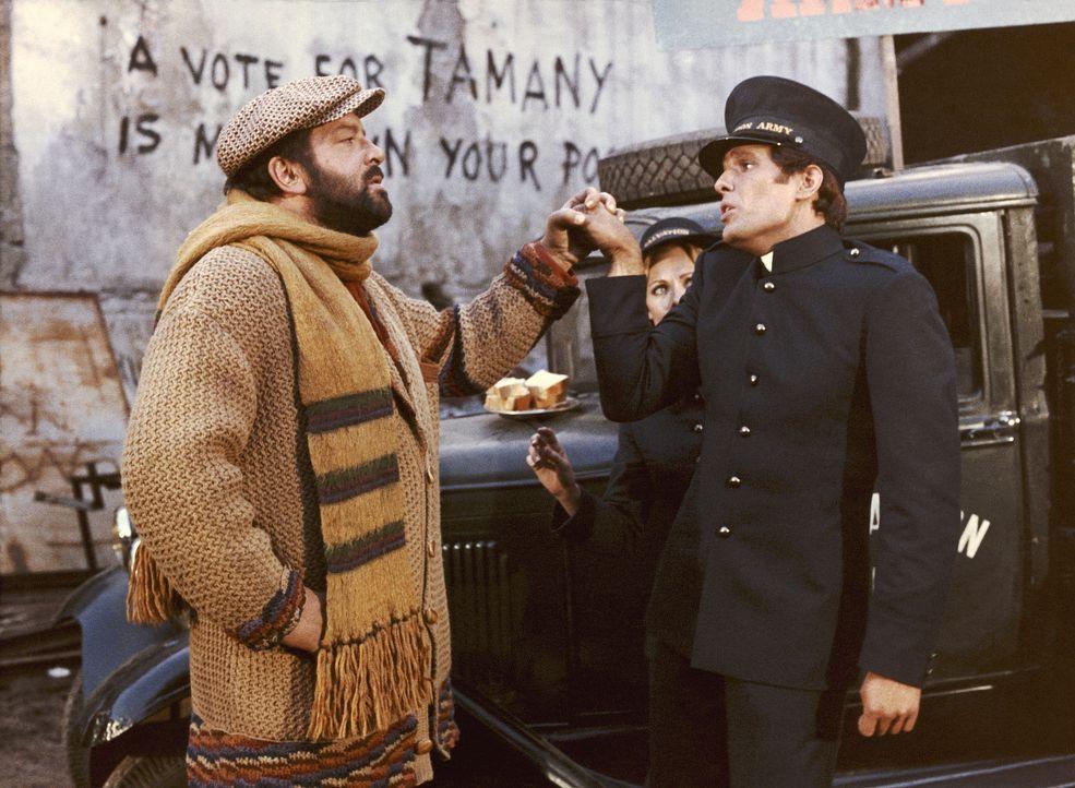 Zusammen mit dem Kleinganoven Sonny (Giuliano Gemma, r.) will Catcher Charlie (Bud Spencer, l.) dem New Yorker Mafia-Paten Don Angelo das Leben schw... - Bildquelle: BetaFilm