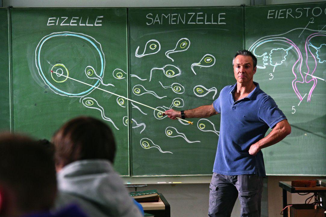 Nicht ahnend, dass sowohl seine erst 17-jährige Tochter als auch seine Freundin schwanger sind, hält Harald (Hannes Jaenicke) seinen Schülern ein... - Bildquelle: SAT.1