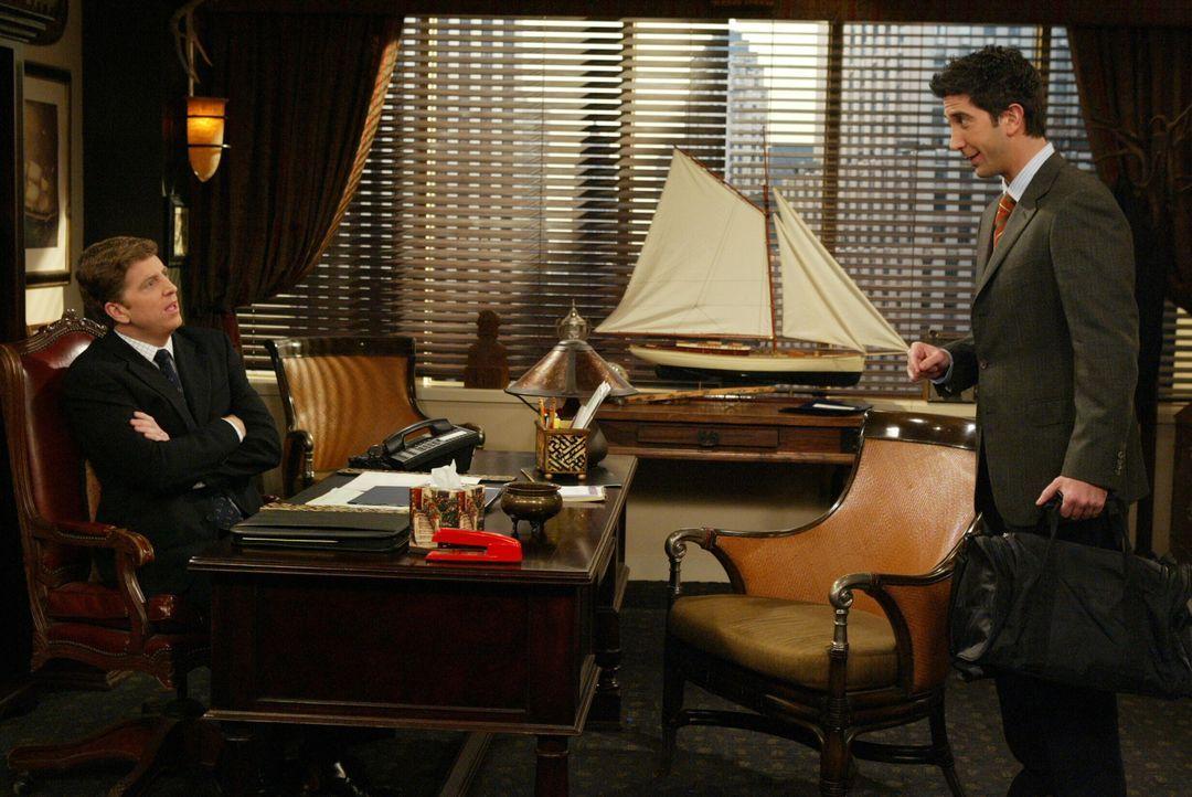 Ross (David Schwimmer, r.) versucht Mr. Zelner (Steve Ireland, l.) zu überzeugen, Rachel wieder einzustellen, damit sie New York nicht verlässt ... - Bildquelle: 2003 Warner Brothers International Television