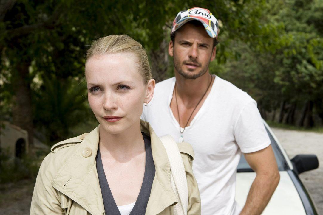 Das erste Mal nach vielen Jahren besucht Karla (Janin Reinhardt, l.) ihren Vater auf Mallorca - und trifft zunächst auf den Taxifahrer Ben (Stephan... - Bildquelle: Sat.1