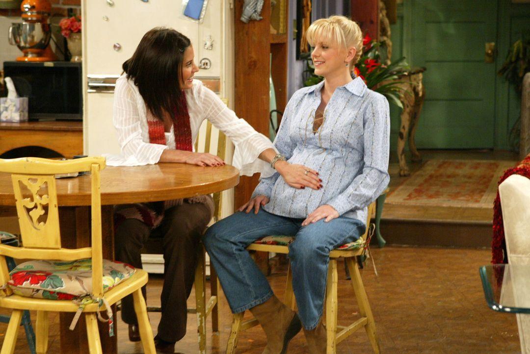 Warten gespannt auf das Baby: Monica (Courteney Cox, l.) und Erica (Anna Faris, r.) ... - Bildquelle: Warner Bros. Television