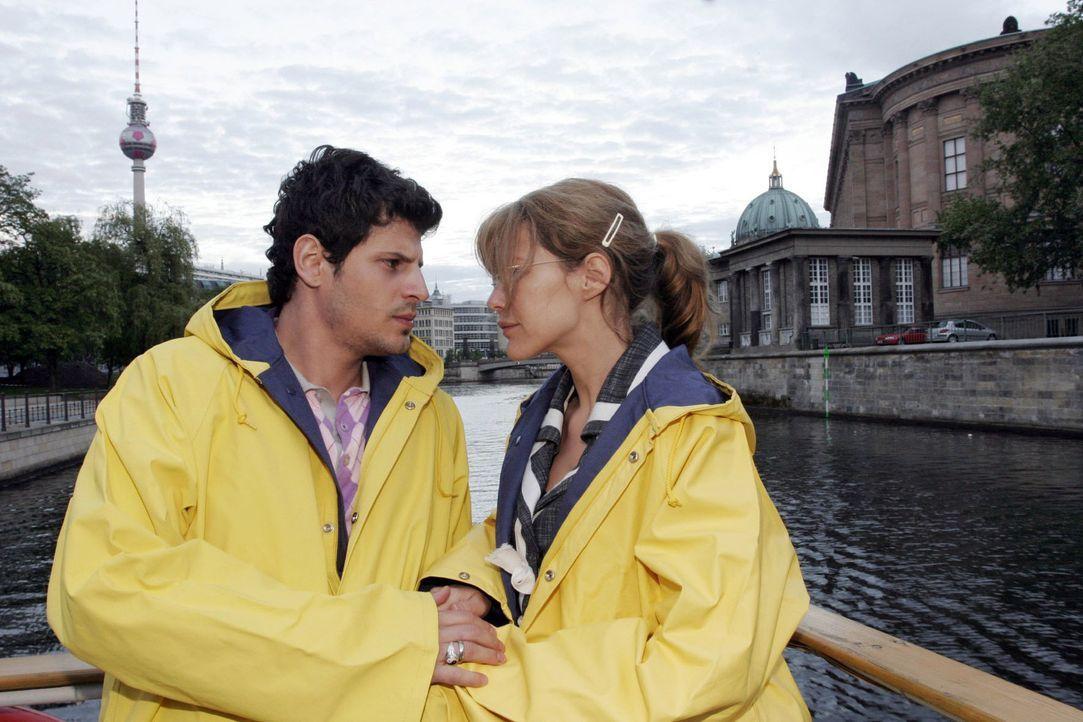 Lisa (Alexandra Neldel, r.) ist zutiefst gerührt von Rokkos (Manuel Cortez, l.) Geständnis, dass er Angst hat sie zu verlieren. (Dieses Foto von Ale... - Bildquelle: Noreen Flynn Sat.1