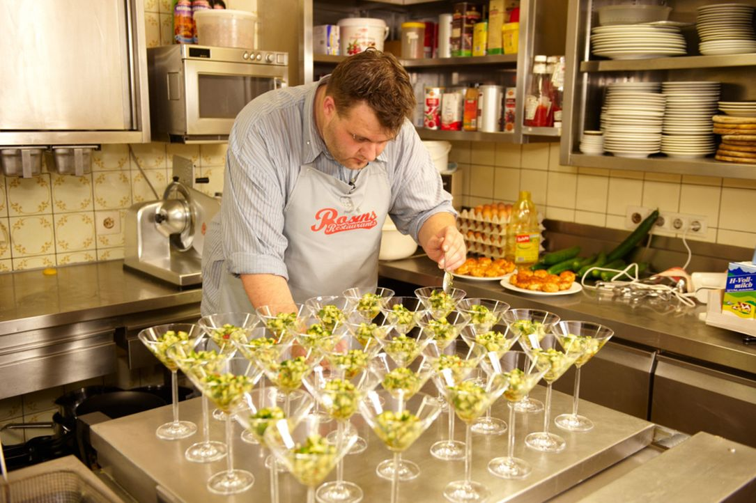 Marco (Bild) unterstützt seinen Onkel häufig in der Küche und versucht immer wieder, ihn zu Veränderungen zu bewegen. Doch Reiner lässt sich von nie... - Bildquelle: Walter Wehner kabel eins