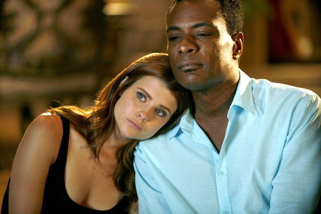 Zuerst muss Megan (Joanna Garcia, l.) erfahren, dass Rose keine Jungfrau mehr ist und Sex mit ihrem Freund Max plant und dann wird ihr klar, dass Sa... - Bildquelle: Warner Bros. Television